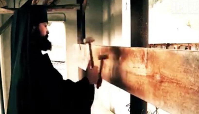 Ο μοναχός που εντυπωσιάζει με τις δεξιότητές του στο σήμαντρο «έριξε» το διαδίκτυο ΒΙΝΤΕΟ