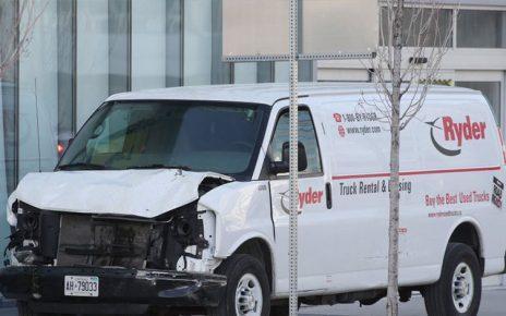 Σοκαρισμένος παραμένει ο Καναδάς από την ηθελημένη κίνηση του οδηγού του λευκού βαν το μεσημέρι της Δευτέρας (τοπική ώρα) να ανέβει σε πεζοδρόμιο και να σαρώσει όποιον πεζό βρήκε στην πορεία του.