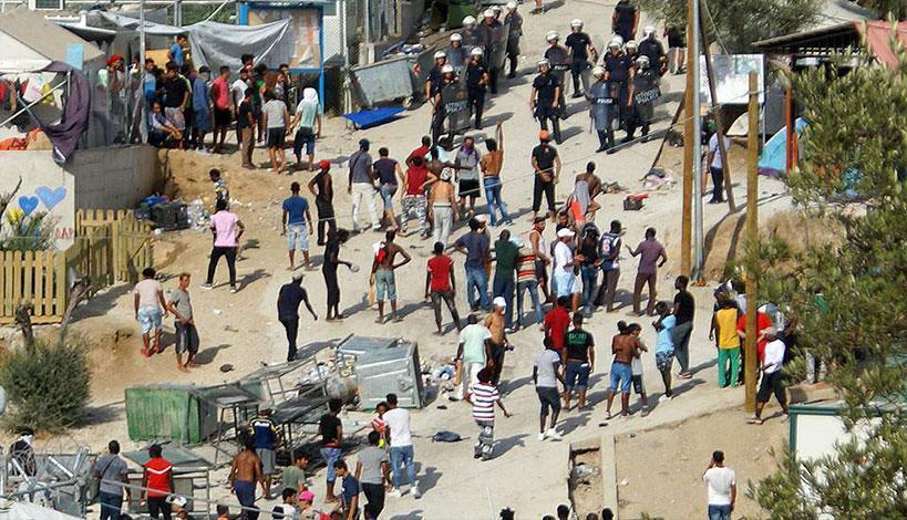 Βίαια επεισόδια ξέσπασαν αργά το βράδυ της Κυριακής στο Κέντρο Υποδοχής της Μόριας στη Μυτιλήνη.Τα επεισόδια εκδηλώθηκαν εντός και εκτός του Κέντρου, όταν πρόσφυγες και μετανάστες υπό αδιευκρίνιστες συνθήκες συνεπλάκησαν μεταξύ τους.