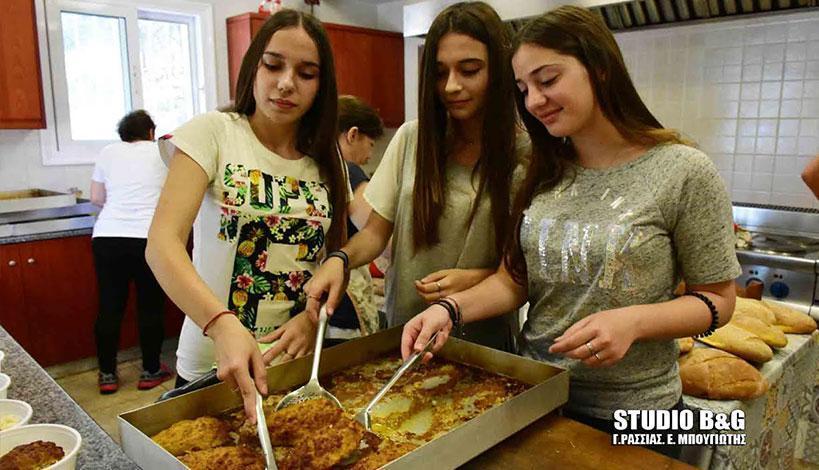 Ναύπλιο: Μαθητές στο συσσίτιο του Ιερού Ναού Ευαγγελίστριας, φωτό-βίντεο