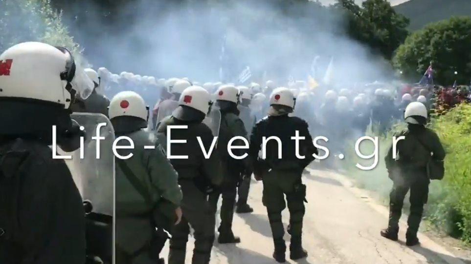 Πρέσπες: Ένταση ανάμεσα σε αστυνομικές δυνάμεις και διαδηλωτές