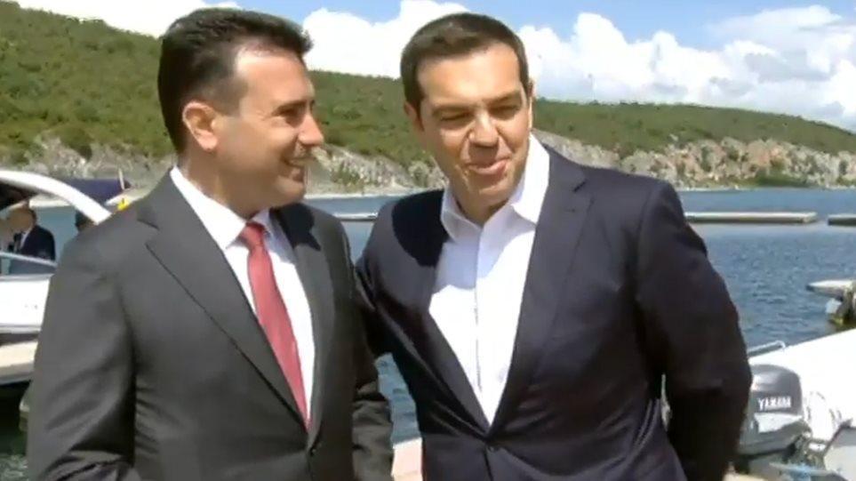 Τσίπρας-Ζάεφ υπογράφουν τη συμφωνία στις Πρέσπες εν μέσω λαϊκής οργής