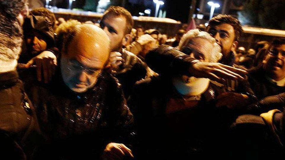 Προπηλακισμοί στελεχών του ΣΥΡΙΖΑ έξω από την αμερικανική πρεσβεία