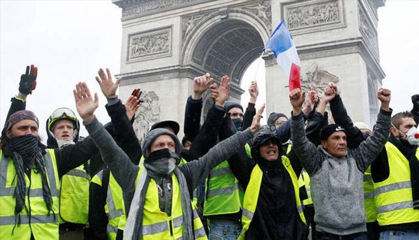 Γαλλία: Ο πυρετός των «κίτρινων γιλέκων» καίει την κυβέρνηση Μακρόν