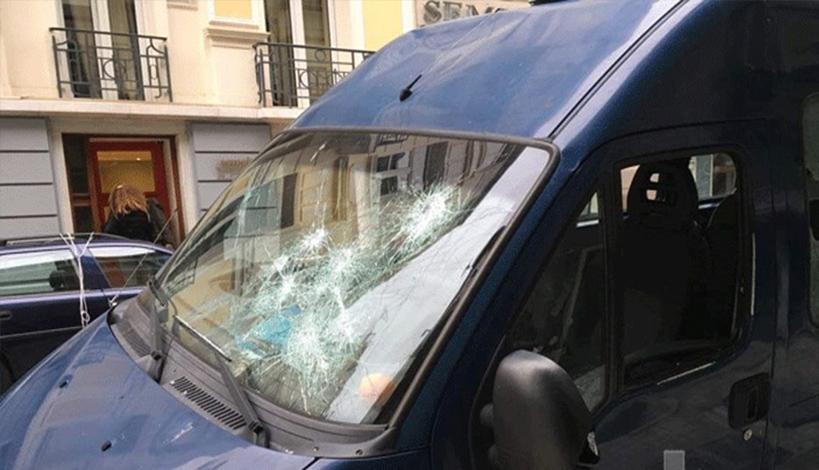 Επίθεση σε βαν της αστυνομίας στην ΑΣΟΕΕ - Αστυνομικός πυροβόλησε στο αέρα για εκφοβισμό