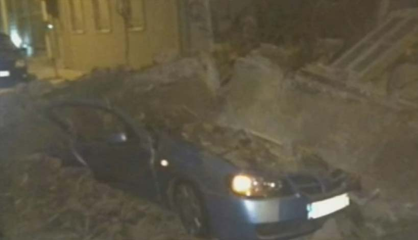 Αθήνα : Κατέρρευσε ακατοίκητο σπίτι - Καταστράφηκαν δύο αυτοκίνητα
